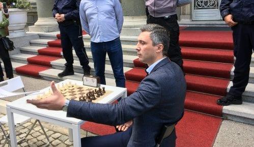 Obradović izazvao Vučića na partiju šaha ispred Predsedništva 4