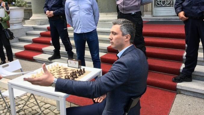 Obradović izazvao Vučića na partiju šaha ispred Predsedništva 1