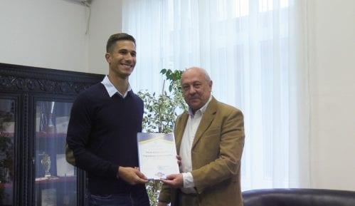 Atletičar Strahinja Jovančević dobio priznanje od Ekonomskog fakulteta 2