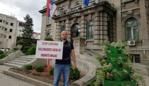 """Odbornik """"Niške inicijative"""" protestuje ispred gradske kuće zbog medijskog mraka 7"""