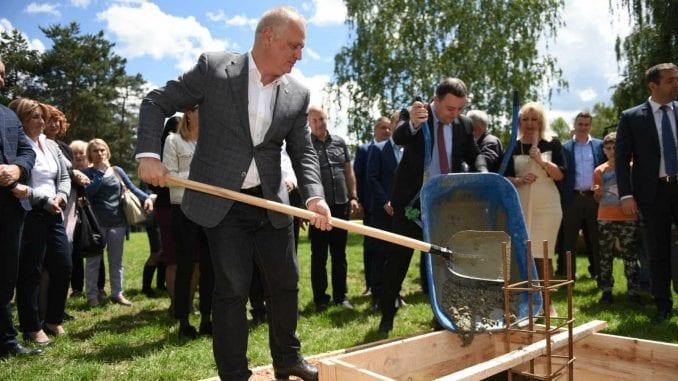 Obrenovac: Postavljen kamen temeljac novog bloka škole u naselju Zvečka 2