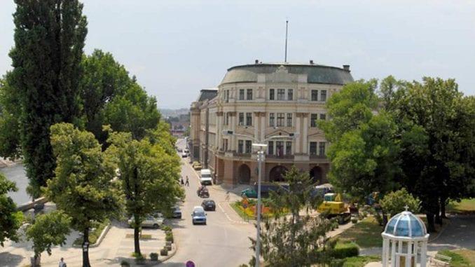 Stanari Sinđelićevog trga u Nišu sprečili seču lipa zbog izgradnje garaže 4