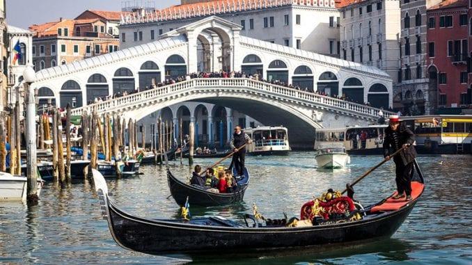U Veneciji oštrije kazne za prostitutke i turiste koji hodaju gradom u kupaćem 1