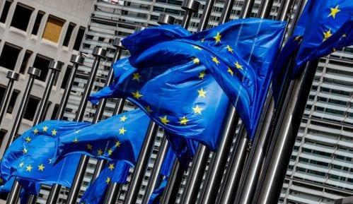 Komersant: EU upozorila Srbiju da teško da će više moći da sedi na dve stolice 14