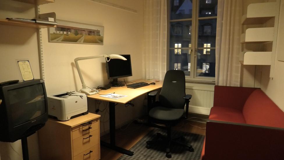 Skromne kancelarije u kojima rade