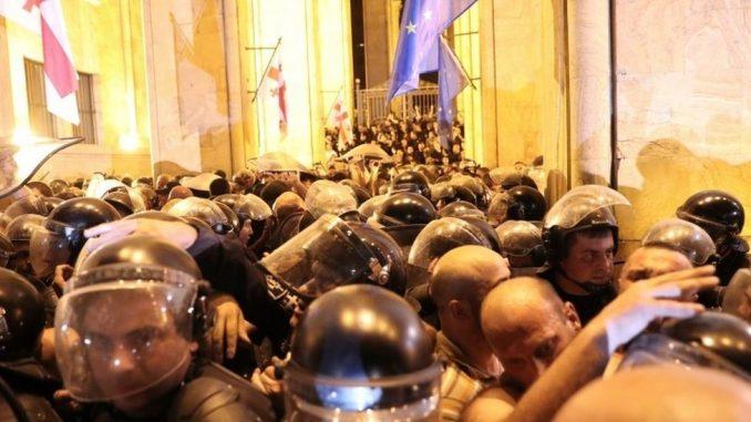 Gruzija protesti: Hiljade ljudi pokušalo da upadne u zgradu parlamenta tokom govora ruskog poslanika 3