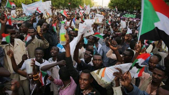 Šezdesetoro ubijenih u intervenciji vojske na protestima 1