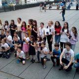 Zbog premijerkine posete Parizu đacima delili knjižice na ulici 2
