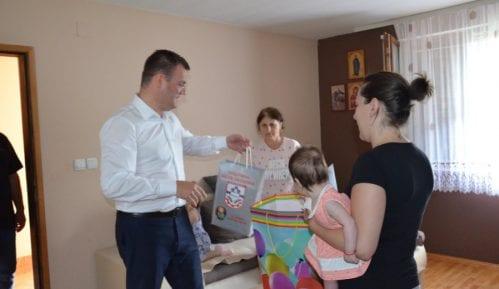 Bela Palanka: Pokloni porodicama sa novim članom 4