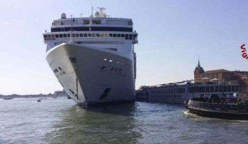 Kruzer udario u pristanište i manji turistički brod u Veneciji (VIDEO) 3