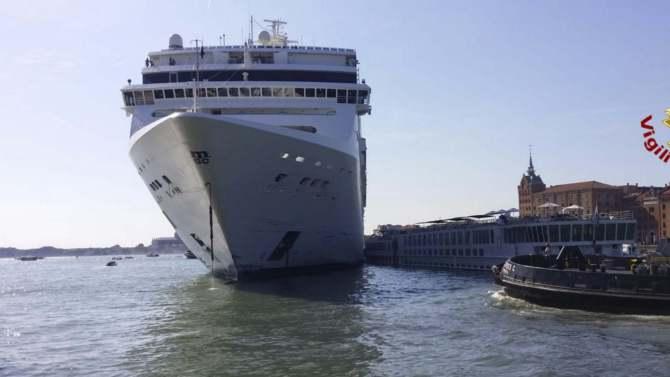 Kruzer udario u pristanište i manji turistički brod u Veneciji (VIDEO) 1