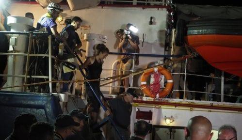 Posle 16 dana brod sa migrantima uplovio u luku u Italiji 4