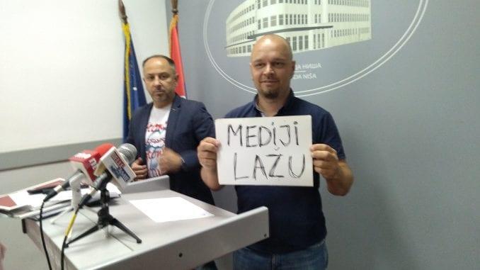 """Opozicioni odbornik Srđan Nonić protestuje zbog """"narastajućeg fašizma"""" u Nišu 1"""