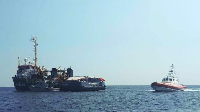Migranti skočili sa spasilačkog broda u more kako bi se domogli Lampeduze 4
