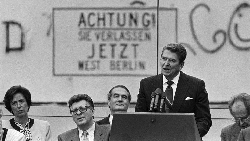 Američki predsednik Ronald Regan tokom govora u kojem je pozvao Mihaila Gorbačova, prvog čoveka SSSR, da sruši Berlinski zid