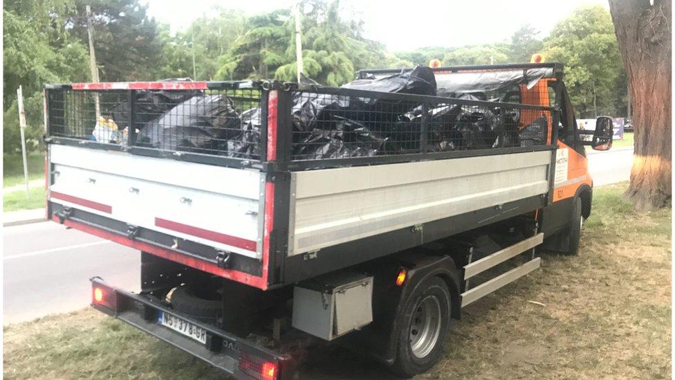 Kamion Gradske čistoće prenosi prikupljenu plastiku