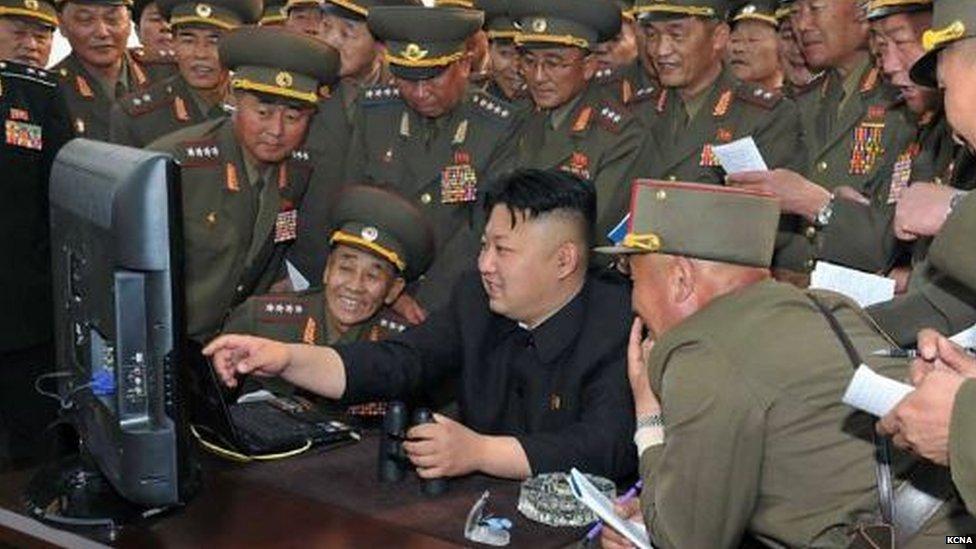 Kim Džong Un okružen oficirima