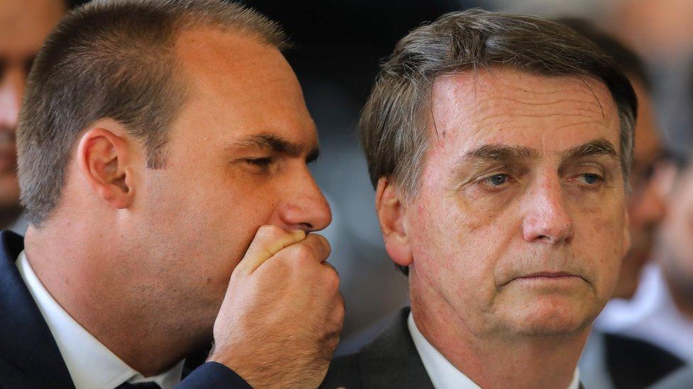 Eduardo šapuće ocu Žairu Bolsonaru na konferenciji u novembru