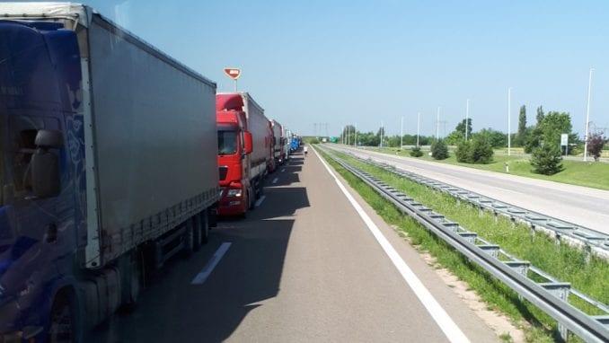 RTS: Na Jarinju zaustavljeni kamioni iz centralne Srbije 4