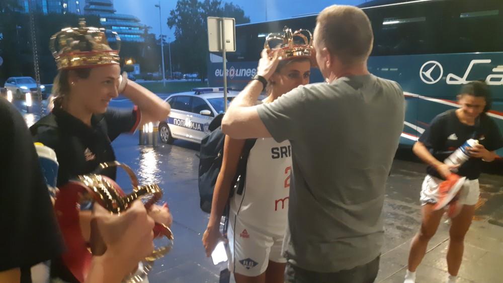 Đilas simbolično dodelio krune košarkašicama Srbije (FOTO) 4
