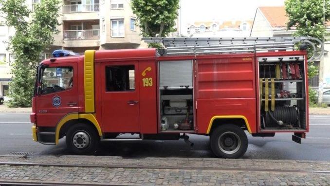 Četiri osobe povređene u požaru u surčinskoj fabrici 1