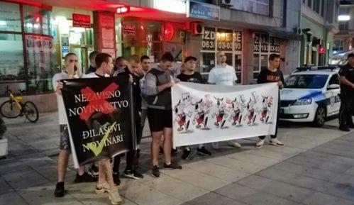 Grupa mladića nakratko prekinula tribinu Novog optimizma u Šapcu (VIDEO, FOTO) 11