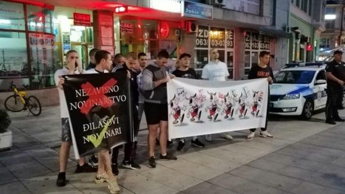 Grupa mladića nakratko prekinula tribinu Novog optimizma u Šapcu (VIDEO, FOTO) 1