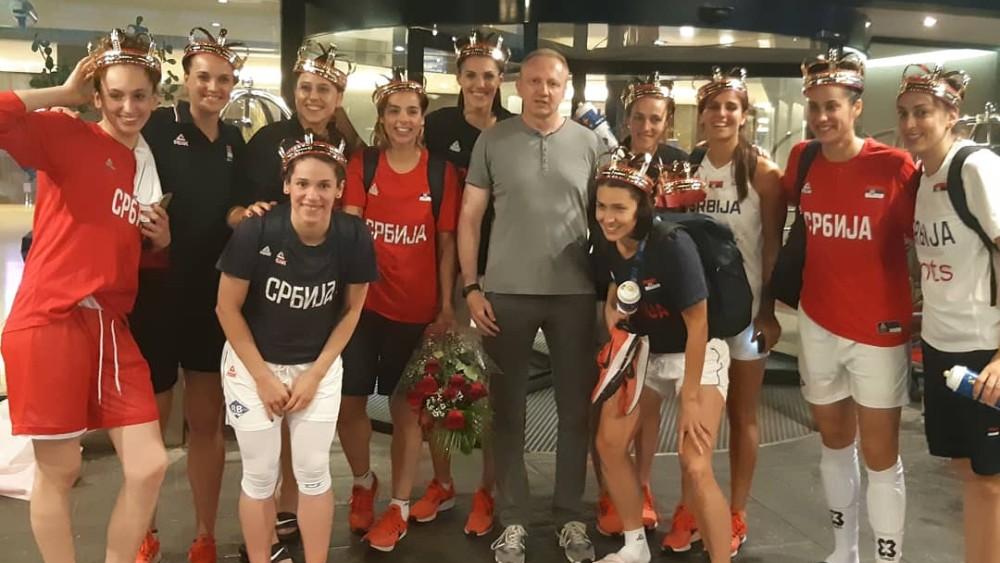 Đilas simbolično dodelio krune košarkašicama Srbije (FOTO) 1