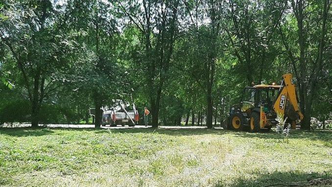 """Apatin: Lokalno igralište uredili radnici JKP """"Naš dom"""", SNS akciju predstavio kao svoju 2"""