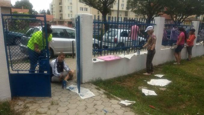 Volonteri u humanoj misiji uređivali školsko dvorište u Požarevcu 1