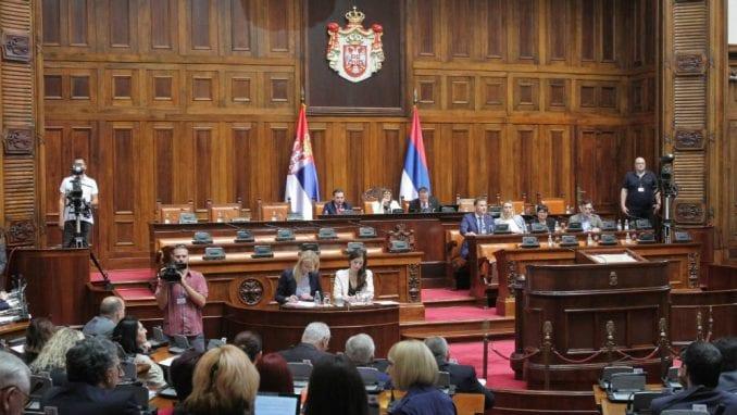 Skupština uz Šešelja i dok  preti smrću novinarki Danasa 1