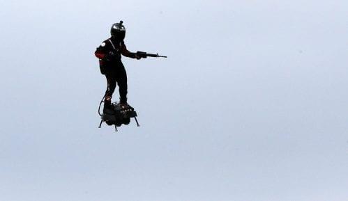 Leteći čovek iznad Pariza na paradi povodom Dana pada Bastilje 12