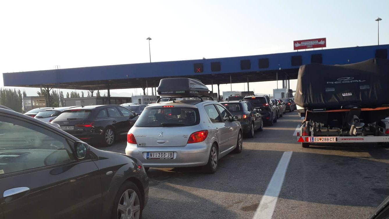 Zadržavanje na granicama za putnička vozila do 30 minuta, za teretna od 45 minuta do četiri sata 1