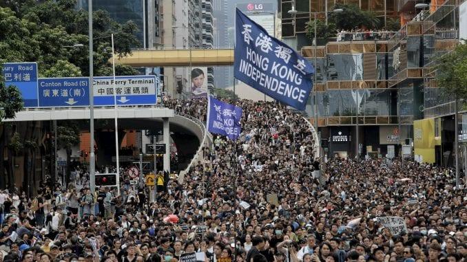 Demonstranti u Hongkongu nosili imitaciju kovčega šefice vlade 1
