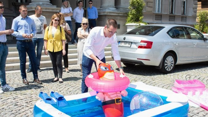 Bastać ostavio Vesiću 'šlauf' i plastični bazen 3