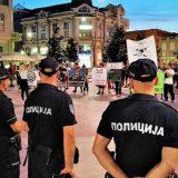 Grupa mladića pokušala da ometa tribinu u Šapcu, policija ih udaljila od bine (VIDEO, FOTO) 13