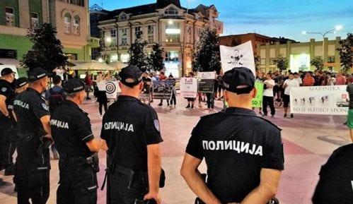 Grupa mladića pokušala da ometa tribinu u Šapcu, policija ih udaljila od bine (VIDEO, FOTO) 12