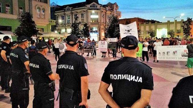 Grupa mladića pokušala da ometa tribinu u Šapcu, policija ih udaljila od bine (VIDEO, FOTO) 1