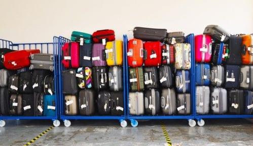 Dvogodišnjak u vožnji svog života aerodromskom trakom za prtljag, među koferima 8