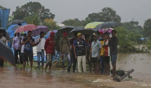 Spasioci evakuisali 700 putnika iz poplavljenog voza u Indiji 7