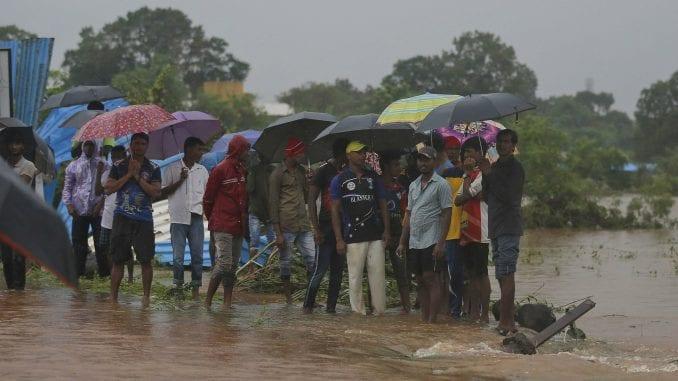 Spasioci evakuisali 700 putnika iz poplavljenog voza u Indiji 1