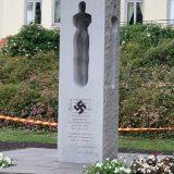 Spomenik žrtvama Utoje u Norveškoj išaran kukastim krstom 7