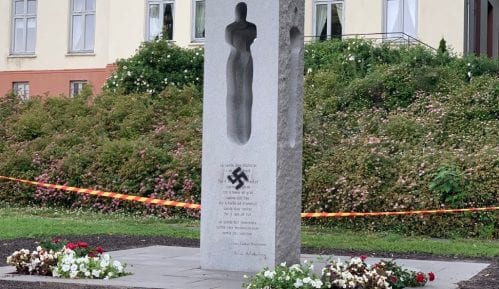 Spomenik žrtvama Utoje u Norveškoj išaran kukastim krstom 2