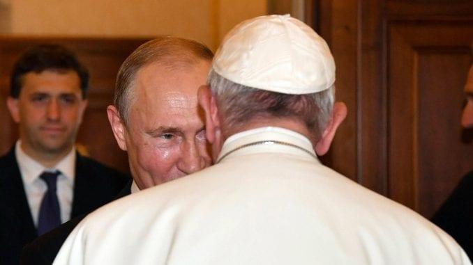Putin poklonio Papi komemorativnu medalju iz Prvog svetskog rata 1