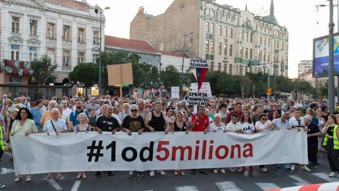 """Protest """"1 od 5 miliona"""": Guranje demonstranata i obezbeđenja kod Predsedništva 1"""
