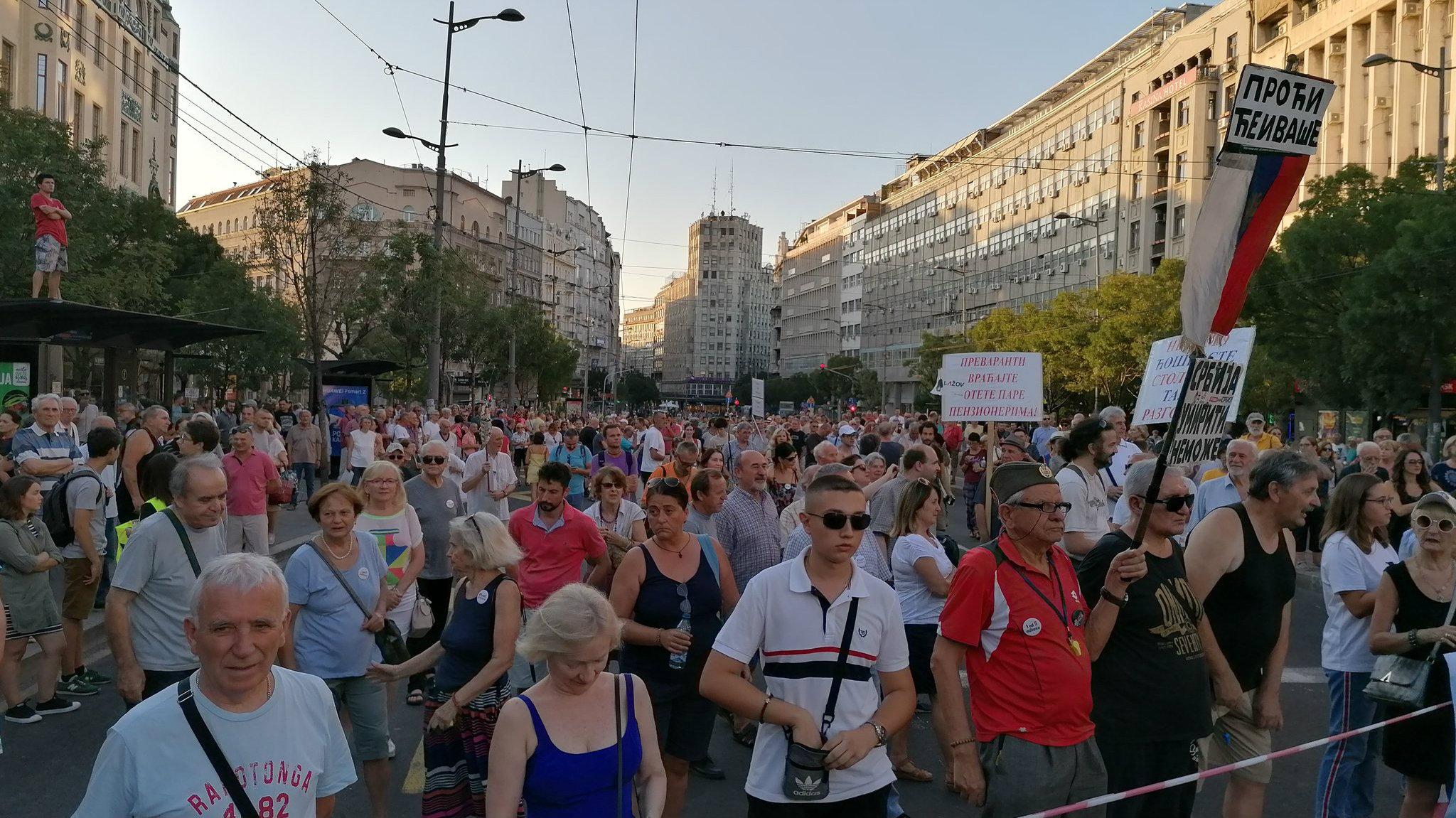 """Protest """"1 od 5 miliona"""": Guranje demonstranata i obezbeđenja kod Predsedništva 3"""