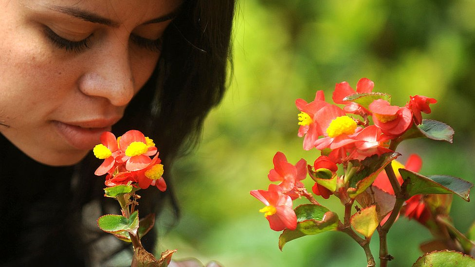 Žena miriše cveće