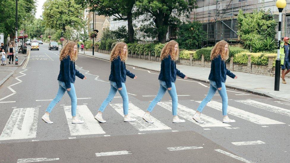 Četiri fotografije Emi Holman na pešačkom prelazu Ebi Rouda
