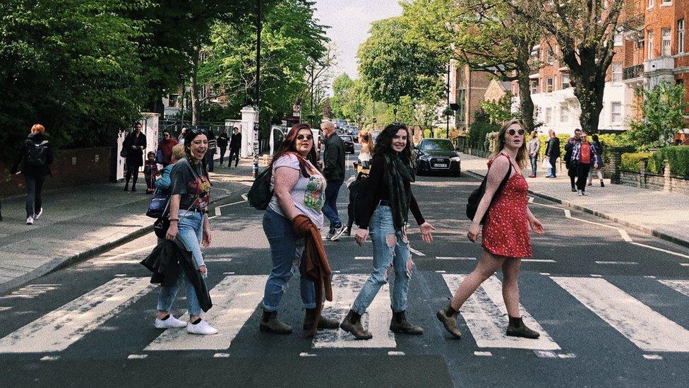 Sa leva na desno: Natali Kalmoun, Natali Vorsli, Kajra Skarlet i Grejs Gasparini na prelazu Ebi Rouda