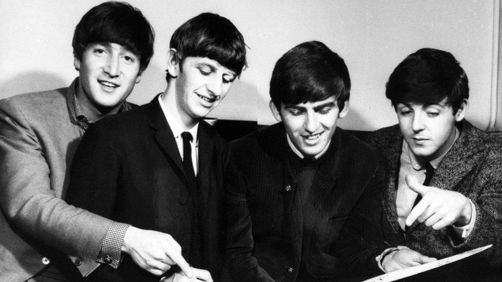 """Bitlsi - Džordž Harison, Pol Makartni, Ringo Star i Džon Lenon u bekstejdžu emisije """"Top Of The Pops"""""""